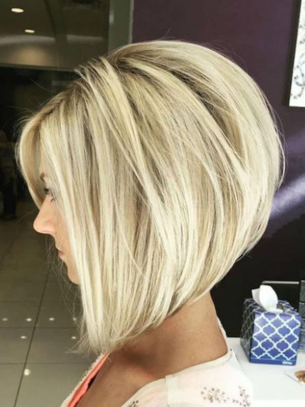 Carré plongeant dégradé sur cheveux blonds